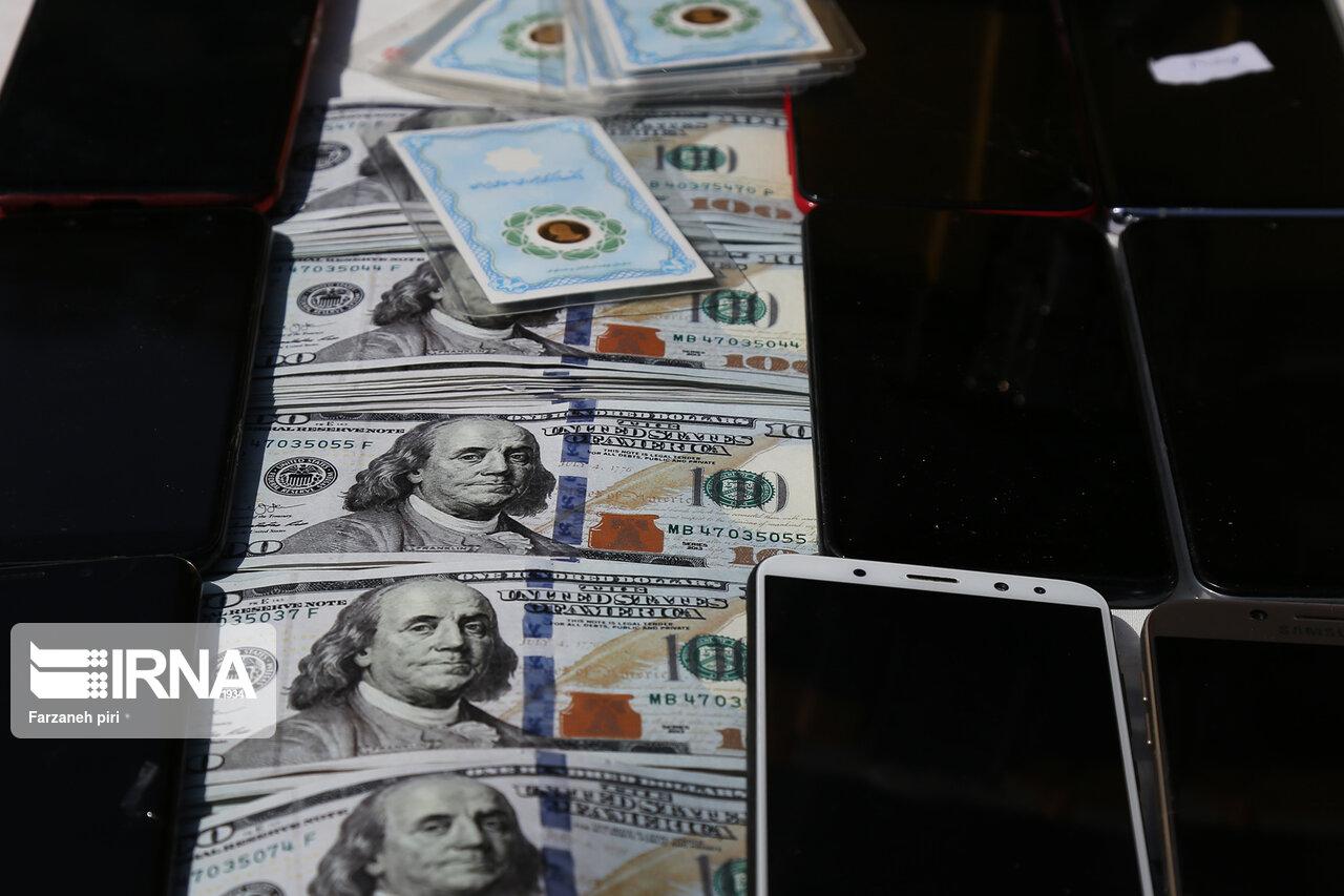 کاهش ۸۵۰ تومانی نرخ دلار در صرافیهای بانکی